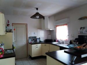 Cuisine aménagée et équipée (plaque induction, hotte, lave-vaisselle, four).